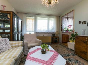 obývací pokoj se vstupem na lodžii - Prodej bytu 3+1 v družstevním vlastnictví 76 m², Mníšek pod Brdy