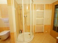 koupelna 1. NP - Prodej domu v osobním vlastnictví 220 m², Praha 10 - Kolovraty