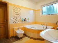 koupelna 2. NP - Prodej domu v osobním vlastnictví 220 m², Praha 10 - Kolovraty