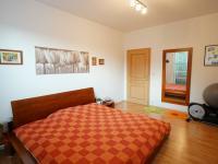 ložnice 2 se šatnou - 2 .NP - Prodej domu v osobním vlastnictví 220 m², Praha 10 - Kolovraty