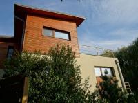 pohled na dům z boku - Prodej domu v osobním vlastnictví 220 m², Praha 10 - Kolovraty