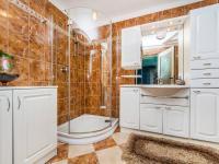 Koupelna - podkroví (Prodej domu v osobním vlastnictví 300 m², Benecko)