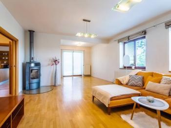 Obývací pokoj - Prodej domu v osobním vlastnictví 223 m², Libeř