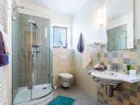Koupelna v 1. NP - Prodej domu v osobním vlastnictví 223 m², Libeř