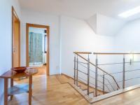 Chodba v 2. NP - Prodej domu v osobním vlastnictví 223 m², Libeř