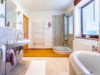 Koupelna v 2. NP - Prodej domu v osobním vlastnictví 223 m², Libeř