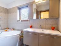 B Koupelna vpravo - Prodej domu v osobním vlastnictví 241 m², Psáry