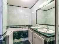 Koupelna 2. NP - Prodej bytu 6+kk v osobním vlastnictví 214 m², Dolní Břežany