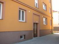 zadní vchod - Prodej bytu 2+1 v osobním vlastnictví 62 m², Pardubice