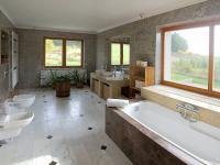 koupelna (Prodej domu v osobním vlastnictví 750 m², Černá v Pošumaví)