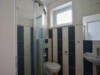 Koupelna v přízemí (Prodej domu v osobním vlastnictví 220 m², Roudné)