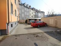 dvůr s parkováním (Prodej bytu 3+kk v osobním vlastnictví 77 m², České Budějovice)