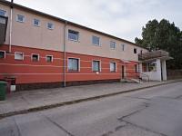 Před domem (Prodej bytu 2+1 v osobním vlastnictví 32 m², Borovany)