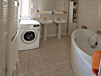 koupelna přízemí (Prodej domu v osobním vlastnictví 291 m², Jílové u Prahy)
