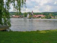 pohled přes nádrž na obec Purkarec (Prodej chaty / chalupy, Hluboká nad Vltavou)