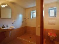 Koupelna v přízemí - Prodej domu v osobním vlastnictví 235 m², Dobrá Voda u Českých Budějovic