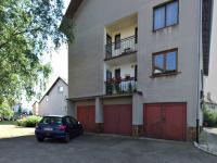 POHLED NA GARÁŽ - Prodej bytu 3+1 v osobním vlastnictví 74 m², Chyšky