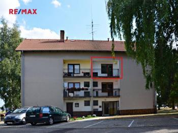 POHLED NA DŮM  - Prodej bytu 3+1 v osobním vlastnictví 74 m², Chyšky