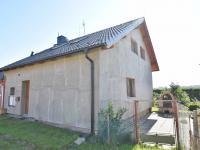 Pohled z ulice + vjezd (Prodej domu v osobním vlastnictví 157 m², Horní Stropnice)