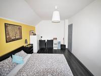 pokoj 14,5 m2 - Prodej domu v osobním vlastnictví 240 m², Hluboká nad Vltavou