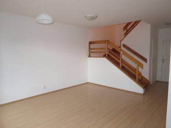 obývací pokoj v přízemí- pohled na schody - Pronájem domu v osobním vlastnictví 181 m², Hlincová Hora