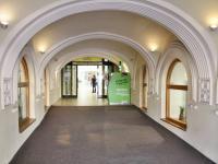 vchod do pasáže z náměstí - Pronájem obchodních prostor 185 m², České Budějovice