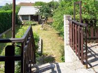 Pohled na zahradu z terasy - Prodej domu v osobním vlastnictví 217 m², Žamberk