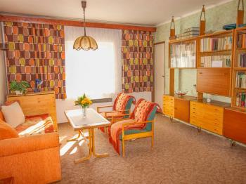 obývací pokoj byt v patře - Prodej domu v osobním vlastnictví 228 m², Komařice