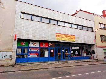 Pohled na budovu z ulice - Prodej obchodních prostor 816 m², Nový Bydžov