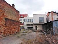 Pohled na zadní část budovy, manipulační plochu a výtah - Prodej obchodních prostor 816 m², Nový Bydžov