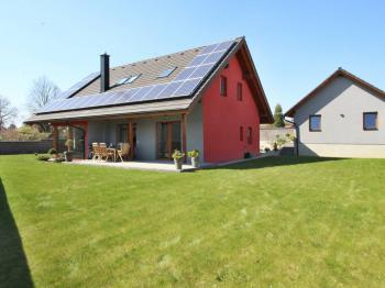 pohled na dům a garáž od jihu - Prodej domu v osobním vlastnictví 172 m², Ločenice