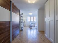 Pohled do obývací místnosti z haly - Prodej bytu 2+1 v osobním vlastnictví 82 m², Praha 3 - Žižkov