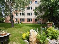 Pohled od pergoly - Prodej bytu 3+1 v osobním vlastnictví 70 m², Borovany
