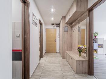 vchodová chodba - Prodej bytu 3+1 v osobním vlastnictví 74 m², Lanškroun