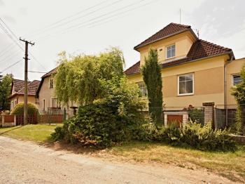 Před domem - Prodej domu v osobním vlastnictví 140 m², Žinkovy