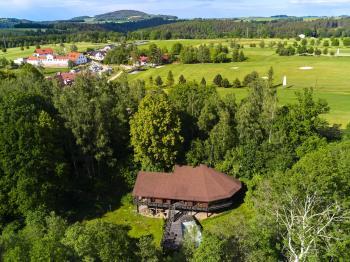v pozadí Golf Club Č. Krumlov - Prodej domu v osobním vlastnictví 220 m², Mirkovice
