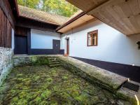Dvůr v obytné části - Prodej domu v osobním vlastnictví 196 m², Trstěnice