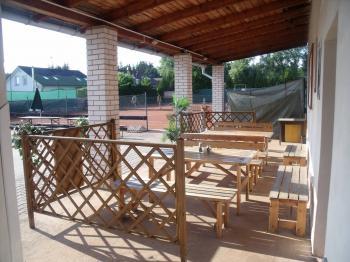 tenisové kurty terasa - Prodej penzionu 1530 m², Babice