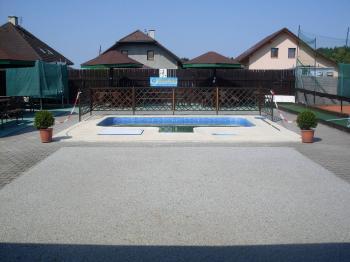 bazén u tenisových kurtů - Prodej penzionu 1530 m², Babice