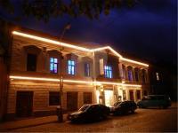 Pohled na dům večer (Pronájem restaurace 211 m², Kostelec nad Černými lesy)