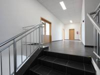 schodiště do 2.NP administrativní části (Prodej komerčního objektu 2311 m², Jirny)