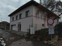 Pohled na dům z komunikace (Prodej domu v osobním vlastnictví 560 m², Zlosyň)