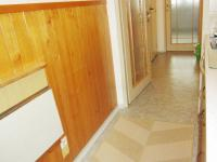 pohled z kuchyně do chodby  (Prodej bytu 2+1 v osobním vlastnictví 56 m², Hradec Králové)