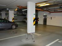 pohled z garážového stání na vstupní dveře do domu - k výtahu (Pronájem bytu 2+kk v osobním vlastnictví 68 m², Praha 6 - Dejvice)