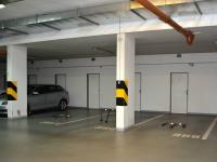 garážové místo - a za ním sklepní kóje (Pronájem bytu 2+kk v osobním vlastnictví 68 m², Praha 6 - Dejvice)