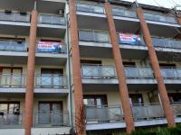 pohled na dům ze dvora - plachty vyznačují lodžie bytu (Pronájem bytu 2+kk v osobním vlastnictví 68 m², Praha 6 - Dejvice)