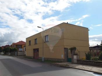 Pohled na objekt z ulice - Pronájem komerčního objektu 80 m², Jirny