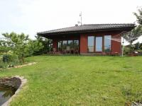 Pohled na dům a terasu ze zahrady (Prodej domu v osobním vlastnictví 137 m², Klučov)