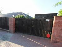 Vjezdová vrata do garáže (Prodej domu v osobním vlastnictví 137 m², Klučov)