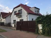 pohled z ulice Na Balkáně (Prodej domu v osobním vlastnictví 200 m², Šestajovice)